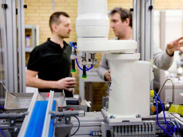 Ønsket med AutomationsBoost-programmet har været at skabe mindst ni nye generiske løsninger til automatisering og dermed bidrage til effektskabelse af 80 nye job, 200 millioner kroner i meromsætning samt 80 millioner kroner i mereksport. Virksomheden Robot Nordic er blandt andet med i et projektet, der har udviklet en selvprogrammerende palleteringsrobotter (billedet).