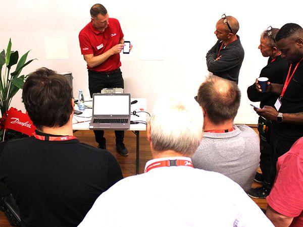 50 år med Danfoss Drives markeres blandt andet med gratis seminarer, hvor Danfoss også er værter for fødselsdagslagkage til deltagerne.