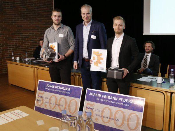 Prismodtagerne Joakim Frimann Pedersen og Jonas Stenkjær, der her flankerer Peter Larsson fra BITVA-bestyrelsen, der overrakte priserne.
