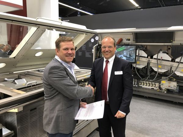 Sales Director Frank van Erp, EMEA, ITW EAE, som ejer Vitronics Soltec og CEO Michael Thomsen, Eltraco Automation giver hånd på  aftalen.