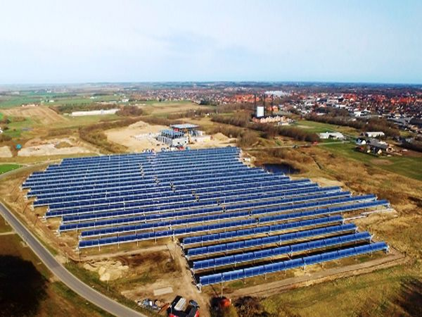 Solfangeranlægget, som er installeret på en stor mark i umiddelbar nærhed af Brønderslev Forsyning, består af 400 styk parabolske trug, som er fordelt i 40 rækker af 125 meter med et samlet overfladeareal på 26.929 kvadratmeter.