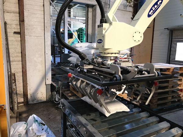 """""""Hjertet"""" i Mollerup Mølles fleksible palleteringsproces er en renoveret Kawasaki ZD130, som Bila Service har indkørt i cellen."""