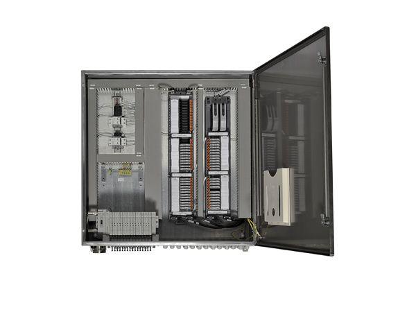 ASCO Numatics 580 elektronisk CHARM-netenhed og ventiløer ses her installeret i et kabinet med CHARM-moduler.