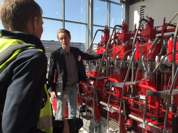 Teknisk chef Joas Løvenbalk Lyng viste i sidste uge DIRA-medlemmerne rundt på MAN Diesel & Turbo i København, og orienterede også om virksomhedens nære og langsigtede ambitioner på robotområdet.