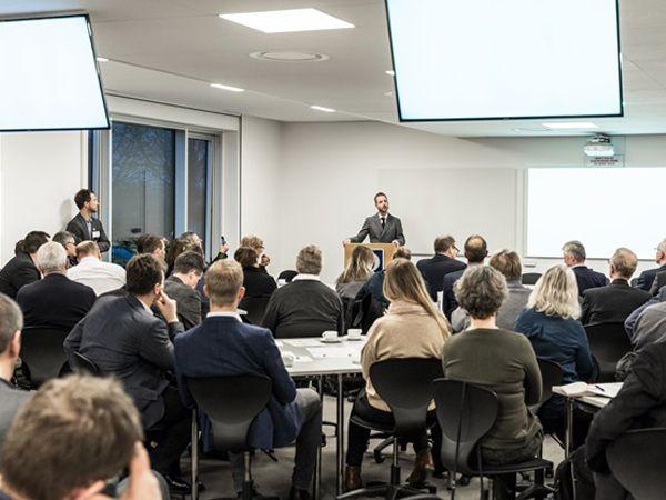 En oplagt miljø og fødevareminister Esben Lunde Larsen var hovedtaler ved brancheforeningen Dansk Miljøteknologis Vintermøde, som blev afholdt hos FORCE Technology.