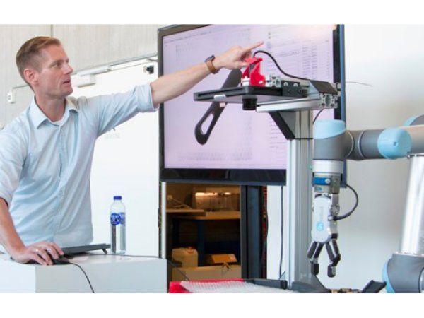 Teknologisk Institut ledte klyngeprojektet og har på baggrund af input fra deltagerne udvikle en robotcelle, der kan genkende og håndtere forskellige emner fra de fire virksomheder – hvad enten der er tale om et plastikskaft eller et lille gummiemne, fremhæver MADE.