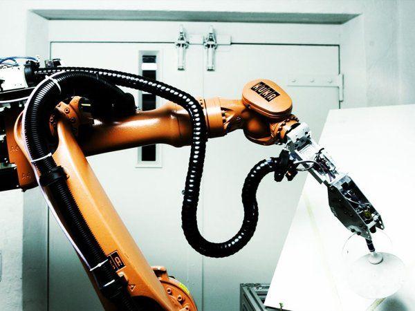 Teknologisk Institut Robotteknologi har tidligere forsøgt at aflivet myten om, at robotter stjæler menneskers arbejde, samt at de er for dyre at anskaffe. Den tredje myte, Rasmus Hasle suger luft ud af, er bevidstheden om, at robotter er vanskelige at programmere.