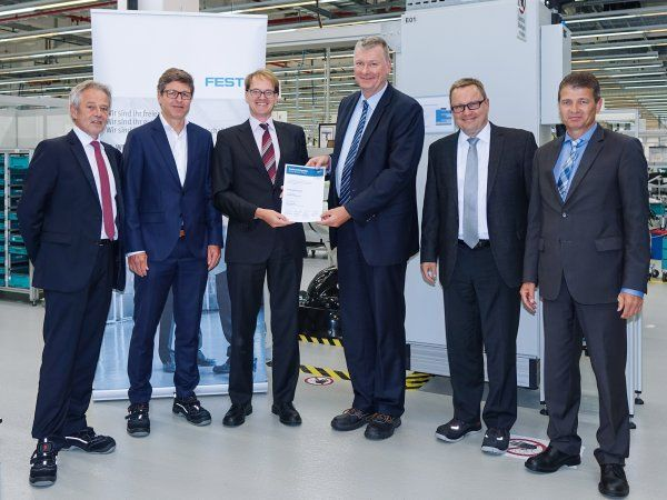 Malte Ihlenfeld, Director Corporate Sector Purchasing & Logistics, Maintenance, Repair & Operations hos Robert Bosch GmbH (nummer tre fra venstre) overrækker certifikatet Bosch Preferred Supplier 2017 til Dr. Ansgar Kriwet, Member of the Management Board Sales, Festo (nummer fire fra venstre). På billedet ses også Oliver Merle, Director Materials Management, Bosch Packaging Technology (nummer to fra venstre), Thomas Ambs og Bernd Leutner, begge Festo Global Key Account Managers med ansvar for Bosch-koncernen (et og to fra højre) og Roland Blees, Head of Festo Key Account Management for Tyskland (yderst til venstre). (Foto: Festo AG & Co. KG)