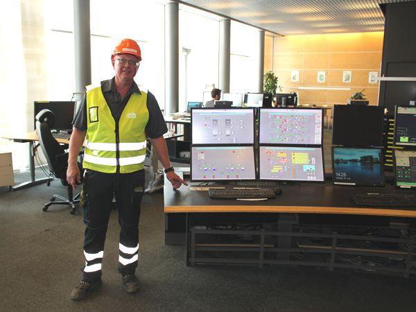 Vedligeholdsmester ved Amagerværket, Torben Nikolajsen, ses her ved evakueringsnøglerne i kontrolrummet.