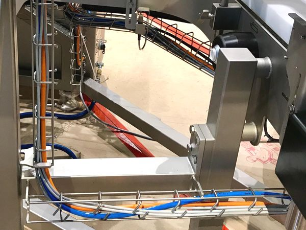Siltecs hygiejniske kabelbakker ses her installeret på maskine til fødevareindustrien.