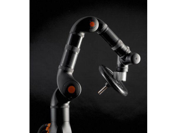 Kassow Robots´ letvægts 7-aksede industrirobotter, der arbejder med en hastighed på 225 grader i sekundet, lanceres i to modeller: KR 810 med en rækkevidde på 850 millimeter og løftekapacitet på 10 kilogram og KR 1205 med en rækkevidde på 1.200 millimeter og løftekapacitet 5 kilogram.