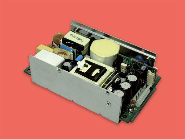 """Powerbox OBM35-serien arbejder ud fra et universelt AC-input på mellem 90 og 264 Volt ved frekvenser mellem 47 og 63, så Industrial Line 200-forsyningerne kan indsættes globalt. Output er de typiske single-endede """"standard"""" DC-spændinger på 12, 15, 18, 24, 28, 36 og 48 Volt med en linieregulering på +/-0,5 procet ved fuld last. Isolationsniveau mellem input og output er på 3 kiloVolt AC."""
