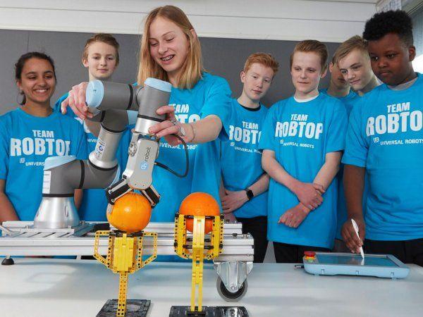 """""""På Team Robtop arbejder vi sammen på tværs af årgange og køn. I år har vi specielt haft fokus på at lære hinanden godt at kende og blive et bedre hold. Vi har lært meget fra de andre hold og de konkurrencer, vi har været med til. Vi har også undervist andre hold. Det har givet flere elever blod på tanden, så de gerne vil arbejde mere med robotter. Selvom vi har opbrugt de timer, der var til faget, fortsætter eleverne med at komme, selvom de i princippet har fri. De har også spurgt, om ikke vi kunne mødes flere gange om ugen,"""" siger Thomas Kryger."""