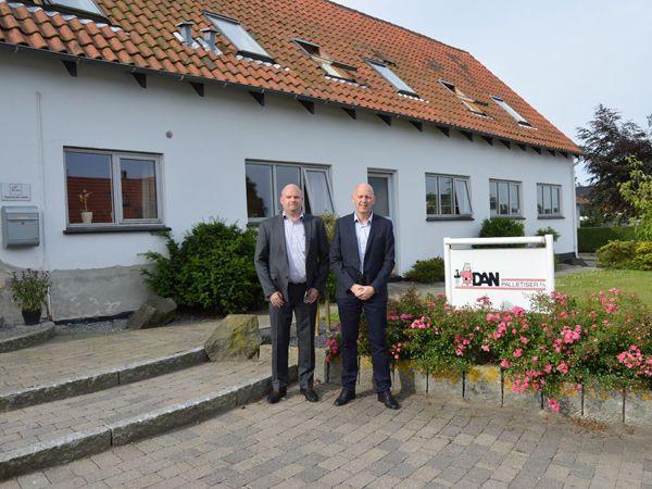 Bila-CEO Jan Bisgaard Sørensen og COO Simon Rune Sørensen foran DanPalletiser-kontoret i Vemmelev ved Slagelse.