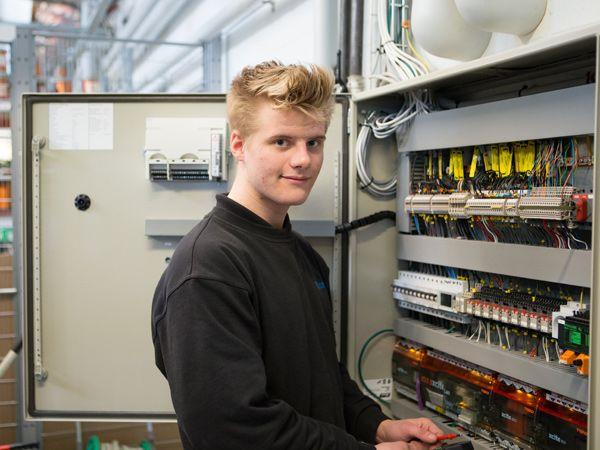 Selv om det er udfordrende, så har ADHD ikke været en stopklods for Mathias Østergaard, som netop er blevet færdigudlært elektriker hos Intego.