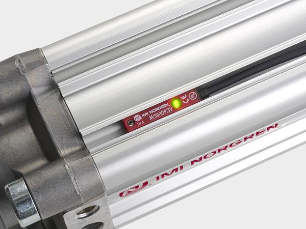 De to lysdioder giver konstant statusinformation og kontakten er kompatibel med alle IMI Norgren-cylindre.