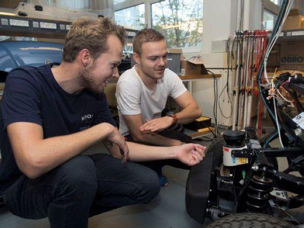 Fremtidens robotudviklere findes nu i et innovationspartnerskab mellem AAU og Nilfisk. (Foto: Lars Horn)