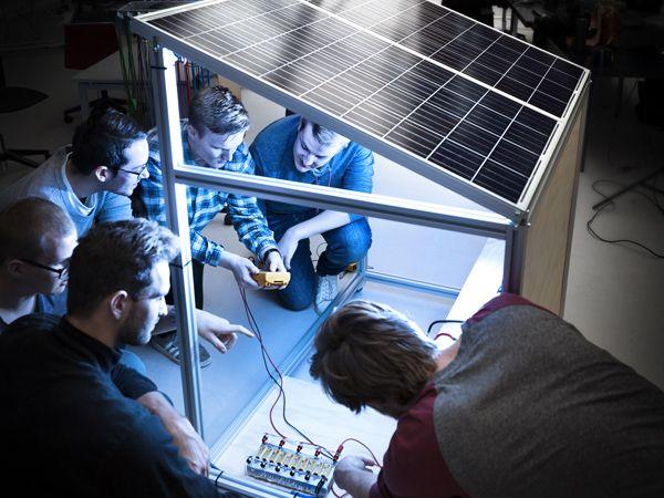 Studerende fra Aarhus Uniersitet står bag en solcellepavillon, der kan forsyne landbefolkningen i Afrika med grøn strøm. (Foto: Melissa Yildirim, AU)