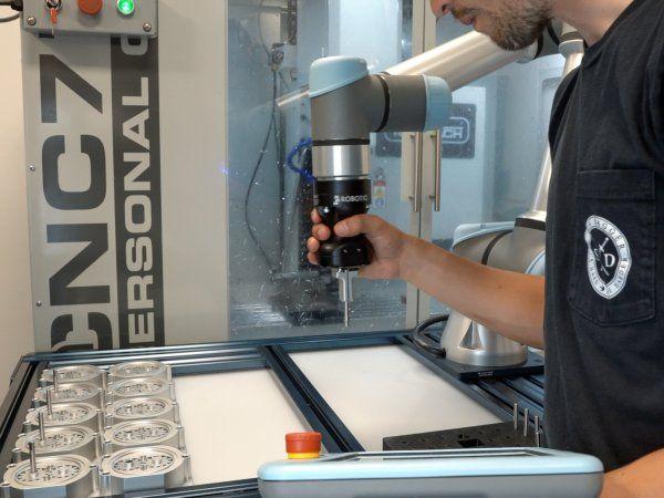 Robotiq fremhæver ikke mindst en højere fleksibilitet og pålidelighed ved brug af UR e-Series-robotter med producentens gribeteknologi og Force Copilot-softwaren ved emnerhåndtering på CNC-bearbejdningscentre.