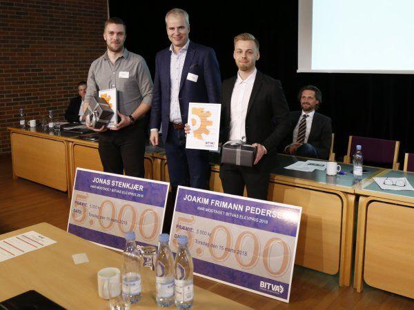 På billedet er det sidste års modtagere, henholdsvis Jonas Stenkjær fra Flextek og Joakim Frimann Pedersen fra JR Tool, der flankerer BITVA-bestyrelsesmedlem Peter Larsson.