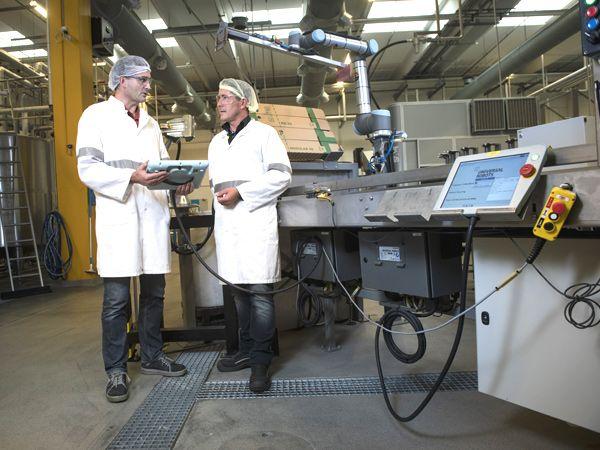 En af de virksomheder, der har taget cobot-teknologien til sig, er Carlsberg, som vil være på forkant med udviklingen Det er vores mål ifølge Senior Project Manager hos Carlsberg Fredericia Thomas Kern Ruby, der her ses sammen med Steen Slabiak fra Bila Robotics.