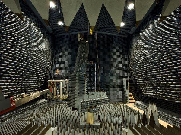 Danmarks største radiodøde rum i DTU - ESA Spherical Near-Field Antenna Test Facility under forberedelse til måling af satellit-antenne. De pyramide-formede absorbenter hindrer uønskede refleksioner fra omgivelserne og sikrer dermed de samme betingelser som i verdensrummet. (Foto: Torben Nielsen)