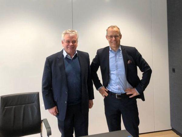 Bernhard Böhrer, CEO hos WEBfactory GmbH (t.v.) og Staffan Dahlström, CEO hos HMS Networks (t.h.), ser frem til HMS' rolle som hovedaktionær i den tyske softwarevirksomhed.