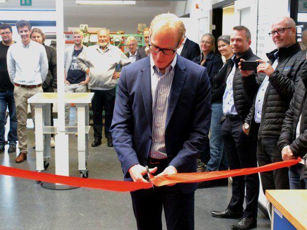 Ringsteds borgmester, Henrik Hvidesten (V), klippede snoren, da ZBC Industricenter blev officielt indviet ved et velbesøgt arrangement på erhvervsskolen i Ringsted.