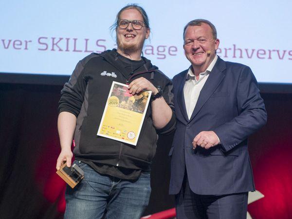 Danmarksmester for automatikteknikerlærlinge, Jesper Lundborg, får her overrakt beviset af statsminister Lars Løkke Rasmussen. (Foto: SkillsDenmark/Per Daugaard)
