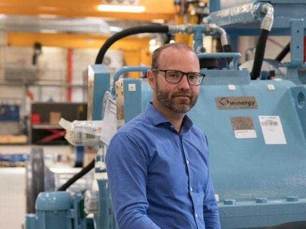 """""""Jeg kan utroligt godt lide ideen bag,"""" siger direktør Jeppe Mikkelsen om samarbejdet mellem Erhvervsakademi Dania og DIS. Det skal hjælpe produktionsvirksomheder med på Industrie 4.0-bølgen. (Foto: Connected Wind Services)"""