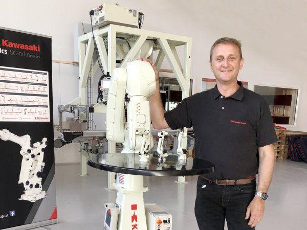 Kawasaki-produktchef Kim Rimer Andersen med et af de seneste skud på stammen i produktporteføljen, der er hurtigere og har fået en længere rækkevidde, til trods for at de kun vejer 35 kilogram. Dertil kommer en øget payload fra 5 til 7 kilogram.