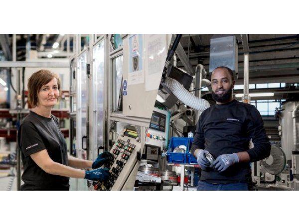 Abdu Mahmud Saleh og Pia Bach kan inden for overskuelig fremtid kalde sig faglærte industrioperatører fra Grundfos, hvor de er startet på en uddannelse, der er udviklet i samarbejde med andre jyske virksomheder og erhvervsskolen Tradium i Randers.