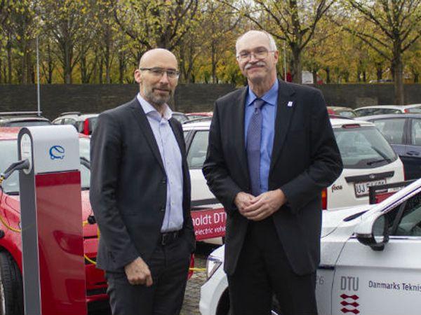 Administrerende direktør Carsten Toft Boesen, Niras (t.v.), og rektor Anders Bjarklev, DTU, har underskrevet en aftale om forskning og samarbejde særligt inden for fødevare- og procesteknologi.