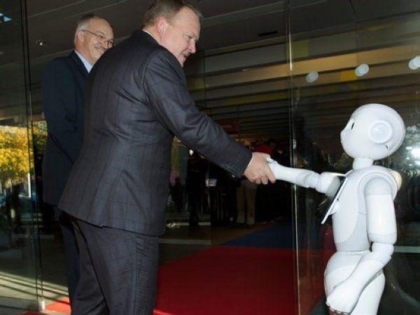Lars Løkke Rasmussen fik hilst på en robot på vej ind til udstillingshallen til hans Key Note-tale. Foto: DTU ved Mikal Schlosser.