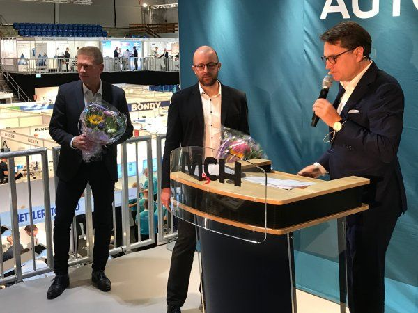 På dagen var (f.v.) Torben Levisen og Martin Vejling Andersen fra Linak mødt frem for at modtage prisen, der blev overrakt af Brian Mikkelsen.