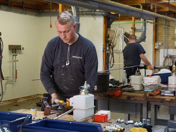 Sjællands bedste VVS-lærling er Jonas Manthey Holtzen-Larsen, der til daglig er i lære hos Emil Hansen & Søn, og følger undervisningen ved EUC Sjælland.