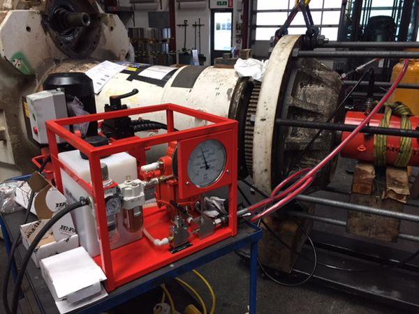 Det hydrauliske værktøj fra Carl Stahl i anvendelse hos AH Industries.