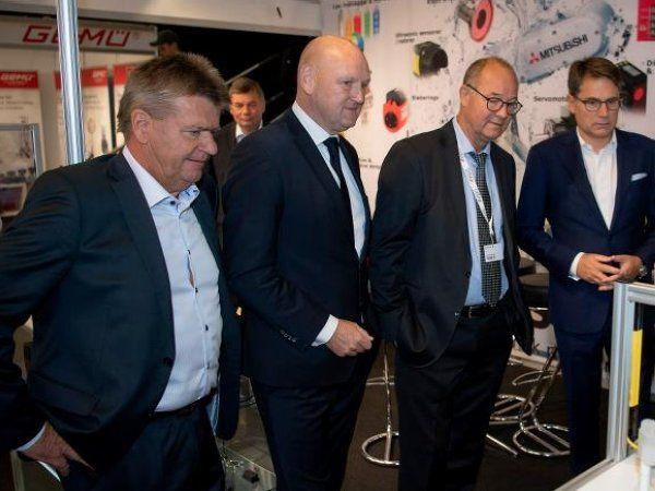 Fra venstre er det VELTEK-repræsentant i messekomitéen, direktør hos Hans Følsgaard Jørgen Stenberg, direktør i MCH Georg Sørensen, formanden for DIRA Cornelius Olesen, samt direktør i Dansk Erhverv Brian Mikkelsen, der åbnede messen.