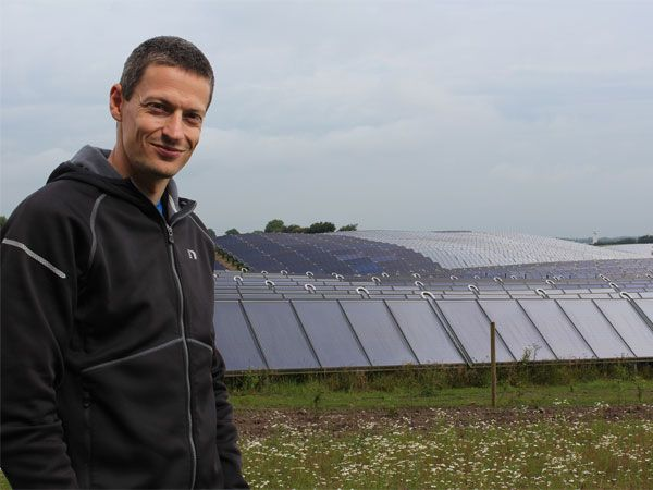 Projektleder Per Hvilshøj Christiansen, Silkeborg Solvarmeanlæg, fremviser de mange marker med solfangere.