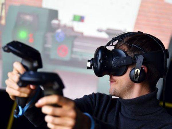 """Ved hjælp af VR-teknologien kan elever få langt mere af den """"Hands on""""-erfaring, der er så vigtig, når de er færdiguddannet, mener ingeniørdocent Claus Melvad ved Ingeniørhøjskolen Aarhus Universitet. Her ses spillet Craftio i brug. (Foto: Jesper Bruun)"""