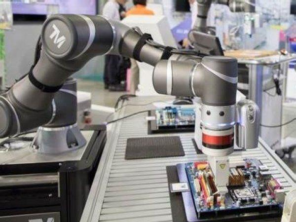 TM-robotarmene, som Brd. Klee har den danske forhandling af, er udstyret med kamera og en simpel brugerflade.