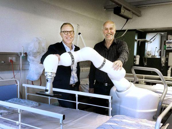 Life Science Robotics´ CEO Keld Thorsen (t.v.) glæder sig senest over at have fået Søren Juul Jørgensen (t.h.) med som investor i selskabet, der er skabt på baggrund af en idé af sygeplejerske Carina Lykke Jensen, der delte sine tanker om optimering af træning til sengeliggende og immobile patienter med sin mand, Lasse Thomsen, der er robotfabrikanten bag ROBERT.