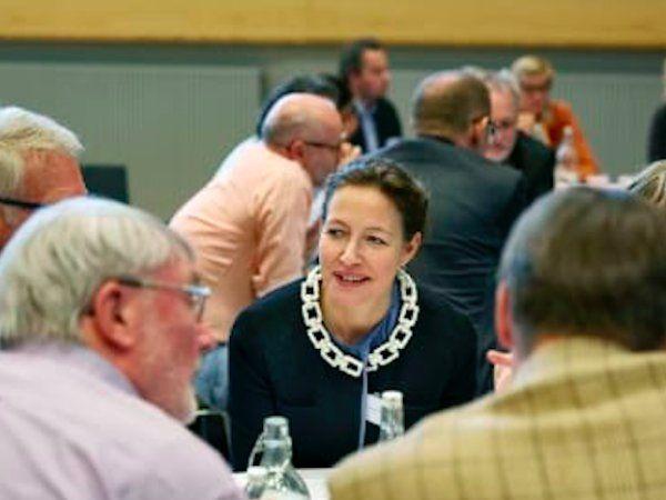 """""""Arbejdet i komiteen er utrolig vigtigt, fordi det handler om at finde løsninger på to af de allerstørste udfordringer i Danmark: Virksomhederne kan ikke finde den arbejdskraft, de efterspørger, og vi investerer ikke nok i den tekniske og naturvidenskabelige forskning, som skal danne grundlag for fremtidig dansk vækst,"""" udtaler Charlotte Rønhof i forbindelse med sin tiltrædelse."""