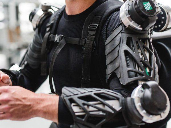 Det var til Teknologisk Instituts åbent hus-arrangement ROBOTBRAG, hvor et exoskelet blev demonstreret, at fabrikschef hos DOT, Lars Jensen fik øjnene op for teknologien. Hans fabrik er derfor begyndt at kigge nærmere på de kropsbårne robotter.