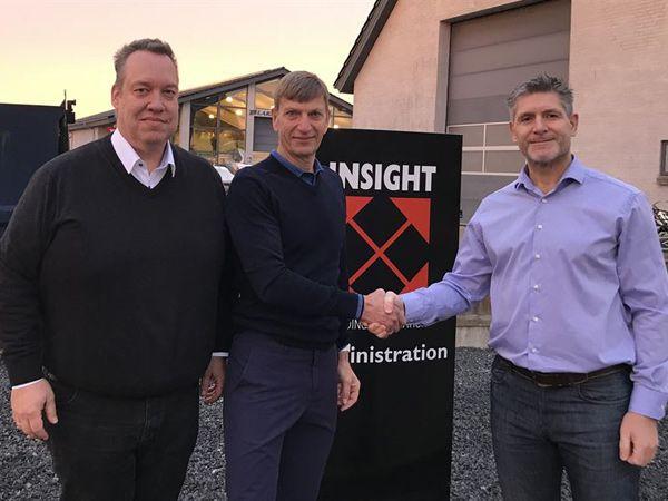 Fra venstre er det Insight-projektchef Allan Nielsen og direktør Brian Steen Hansen, som giver hånd på aftalen med Bravida-direktør Johnny Hey.