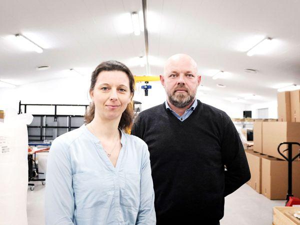 """De første """"Kitbox"""" har været en succes for alle parter i leverandørkæden, og nu er yderligere ti på vej, meddeler Solars COO Jens Vanting Bagger (t.h.), sammen med Buyer Trine Hougaard Annfeldt, SCADA International."""