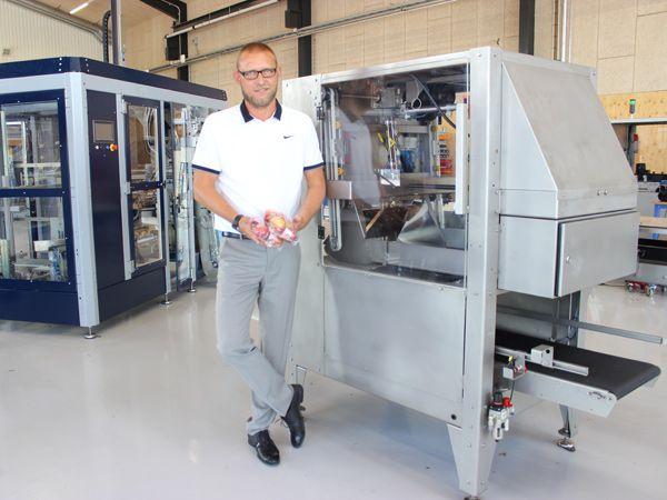 Egatec-CEO Mads Nychel foran A-one-maskinen, der indgår i løsningen til engelske Cottage Farms.