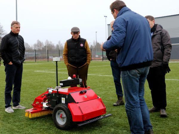 BUKY hedder Sandmasters robot til rensning og pleje ag kunstgræs.