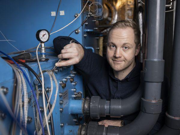 Det er voldsomt dyrt at vedligeholde dagens kæmpe varmevekslere på enorme skibsmotorer. Simon Heide-Jørgensen er derfor ved at udvikle et kompositmateriale, der kan erstatte det klassiske støbte jern. (Foto: Anders Trærup)