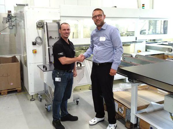 Yderligere en lamelmaskine er på vej til Mountain Top i Frederiksværk. Her giver virksomhedens COO Jon Friedrich (t.v.) og Egatec-direktør Mads Nychel (t.h.) hånd på den aktuelle leverance.